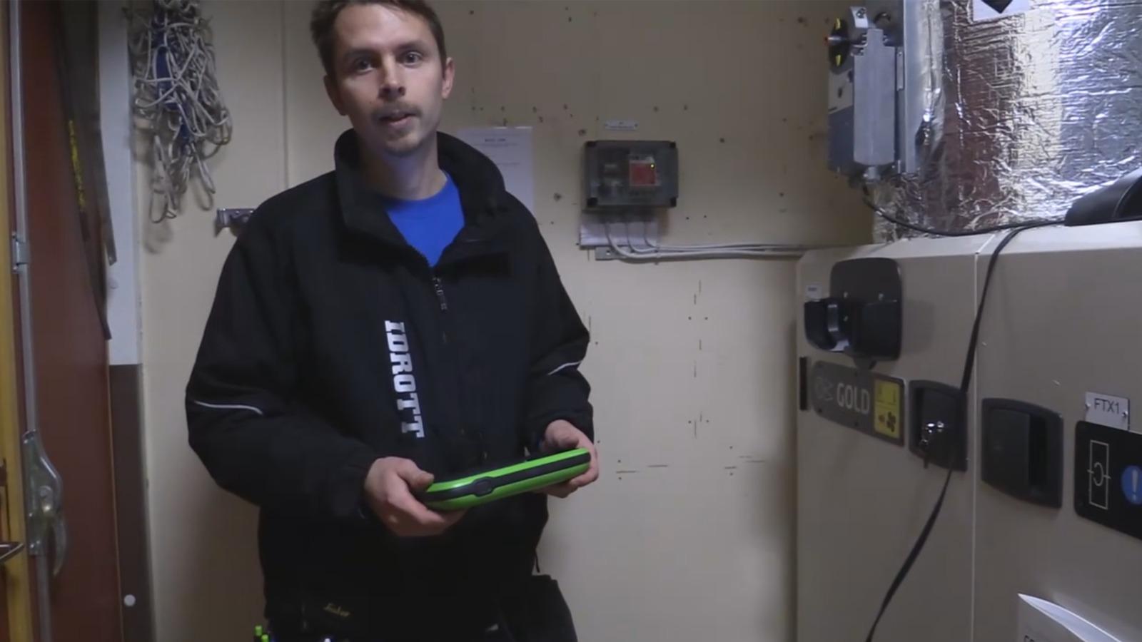 Jonas Mattson vaktmästare på Nynäs IP visar den nya miljövänligare tekniken