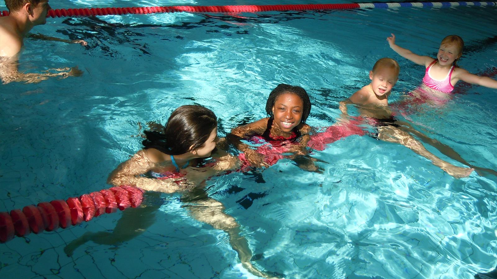 Barn som badar i innomhusbasängen på Fjärran Höjderbadet.