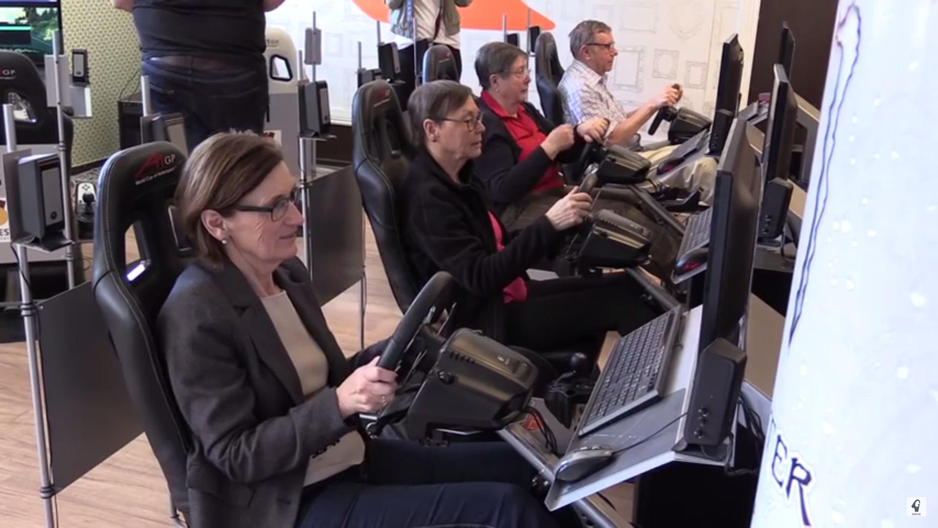 Pensionärer testar olika datorspel