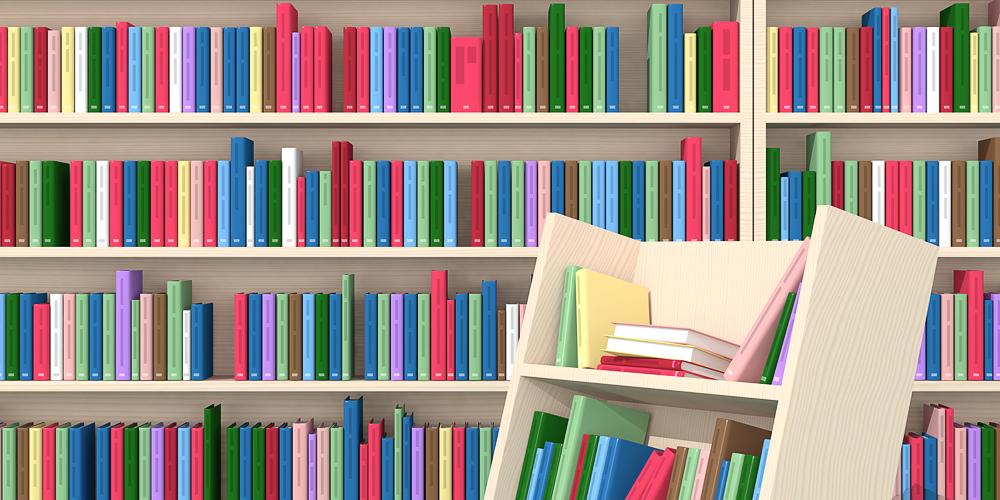 Böcker i bokhylla samt en bokvagn.