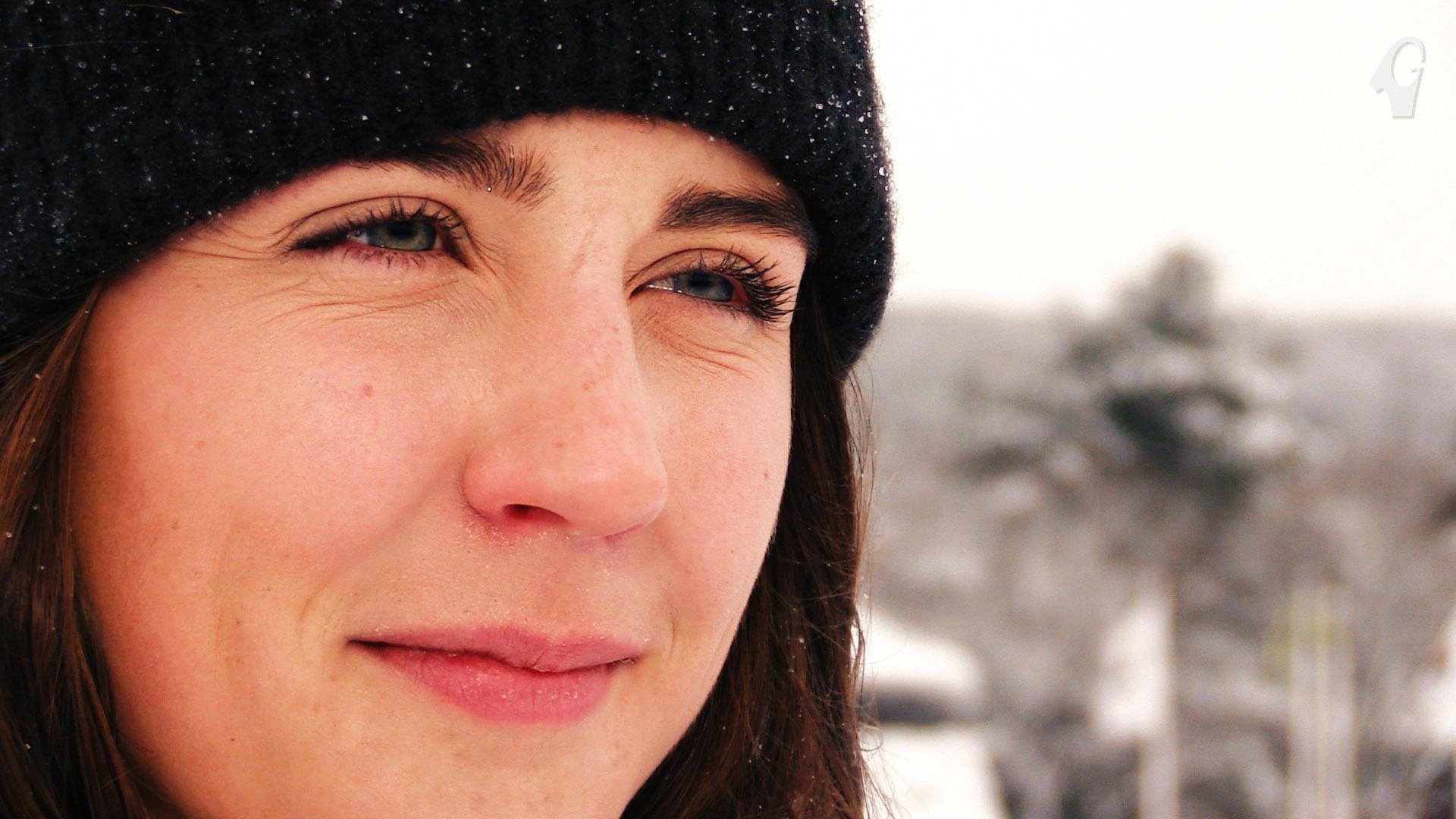Närbild på en tjej med mössa med oskarp bakgrund