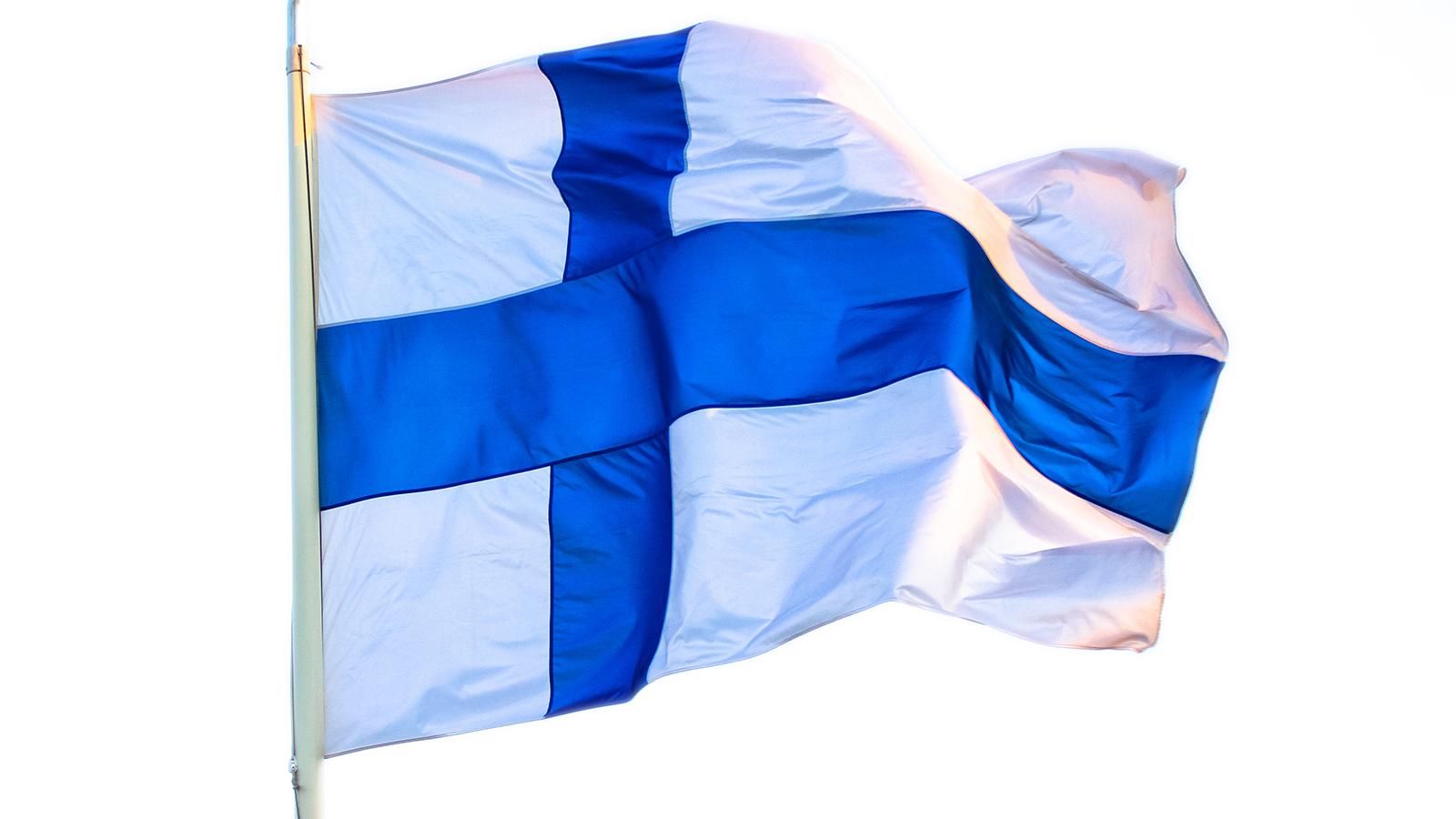 Finsk flagga som vajar i vinden.