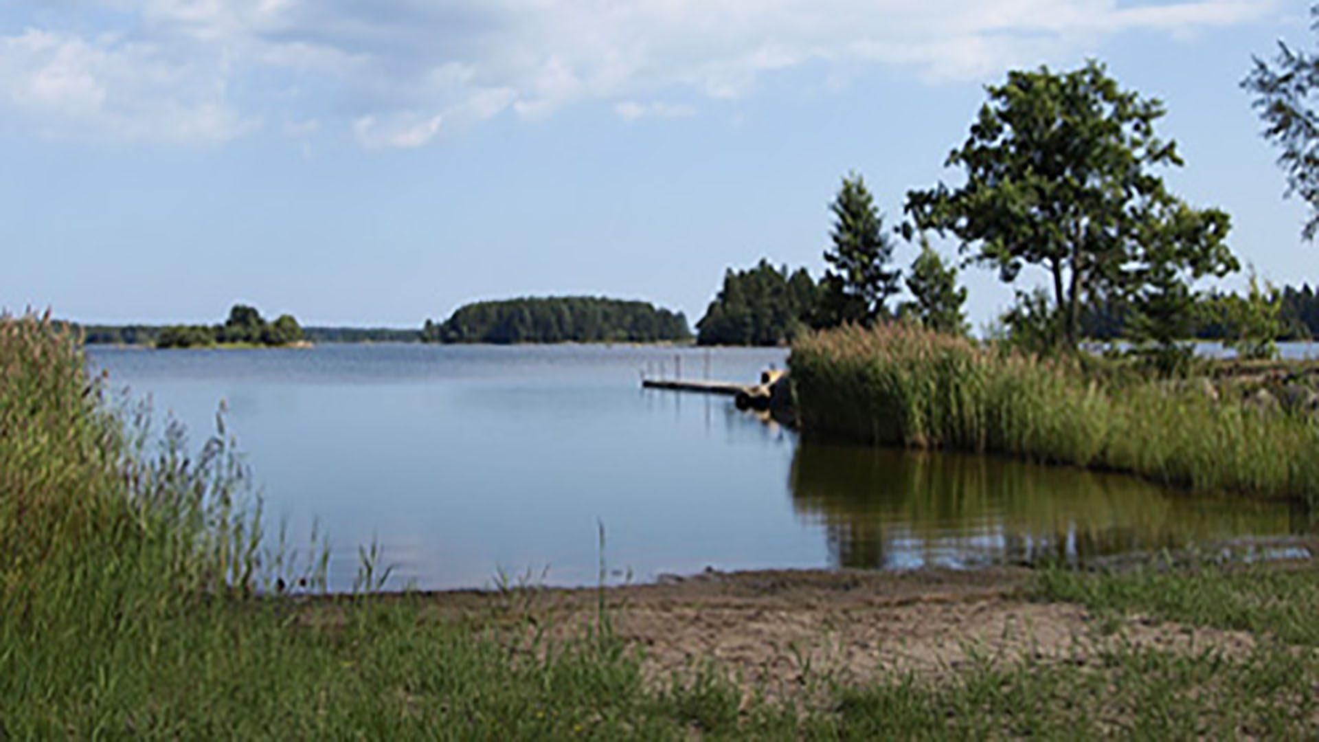 Vatten och sandstrand vid Hilleviksbadet