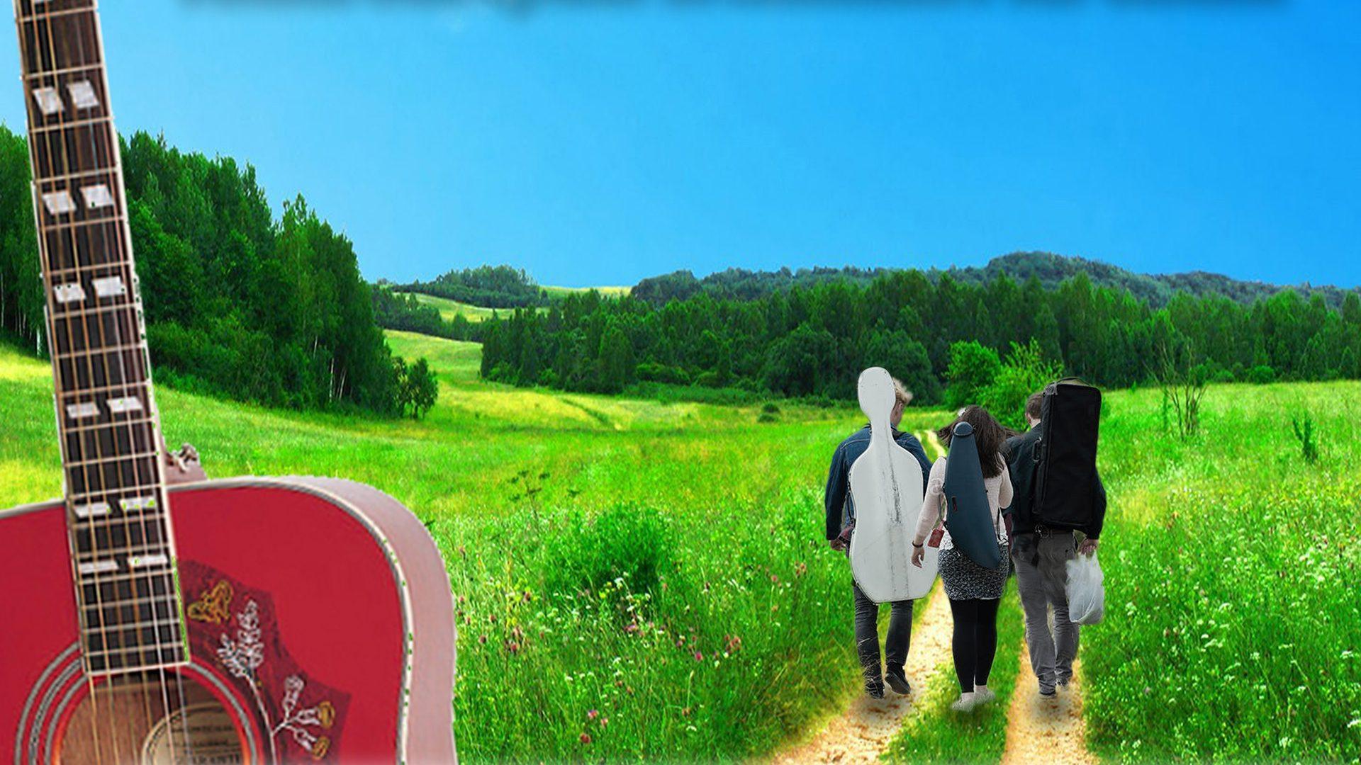 Tre ungdomar som går på en väg