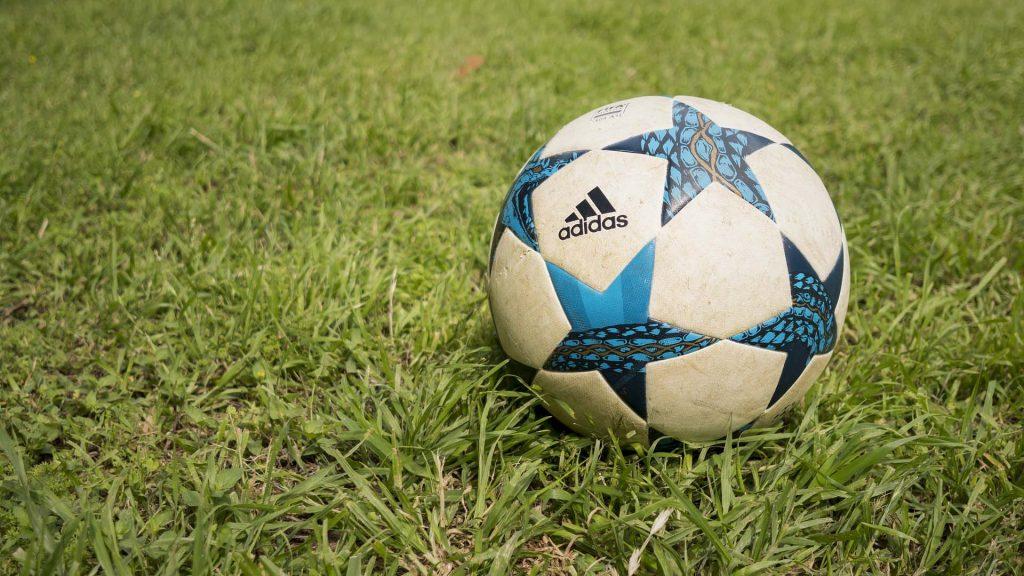 En fotboll på en gräsmatta