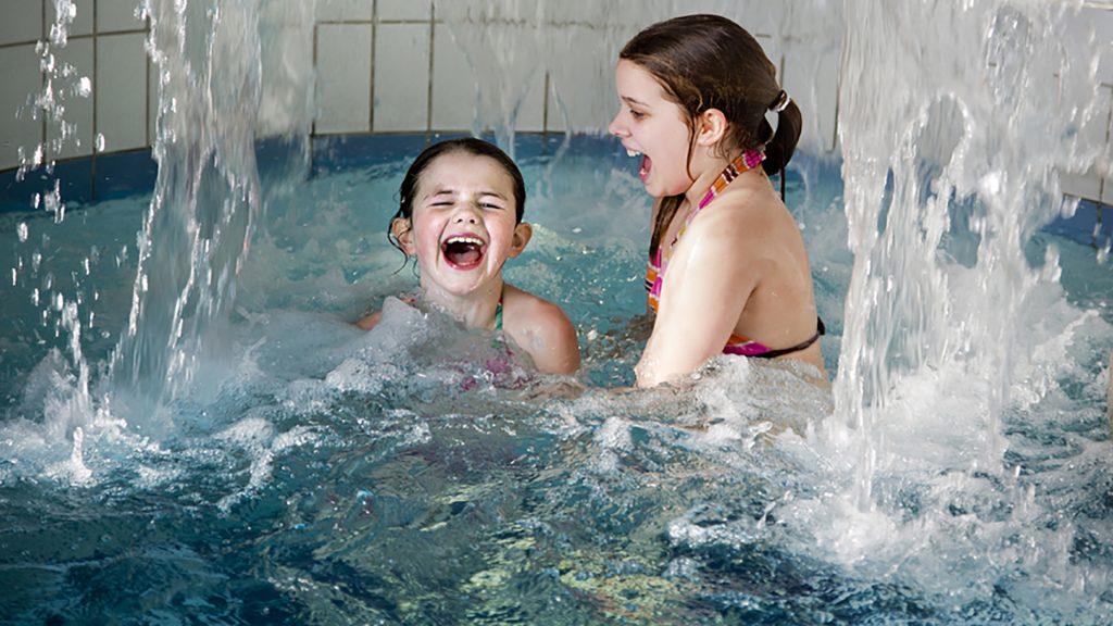 Två flickor som leker i poolen på Fjärran Höjderbadet