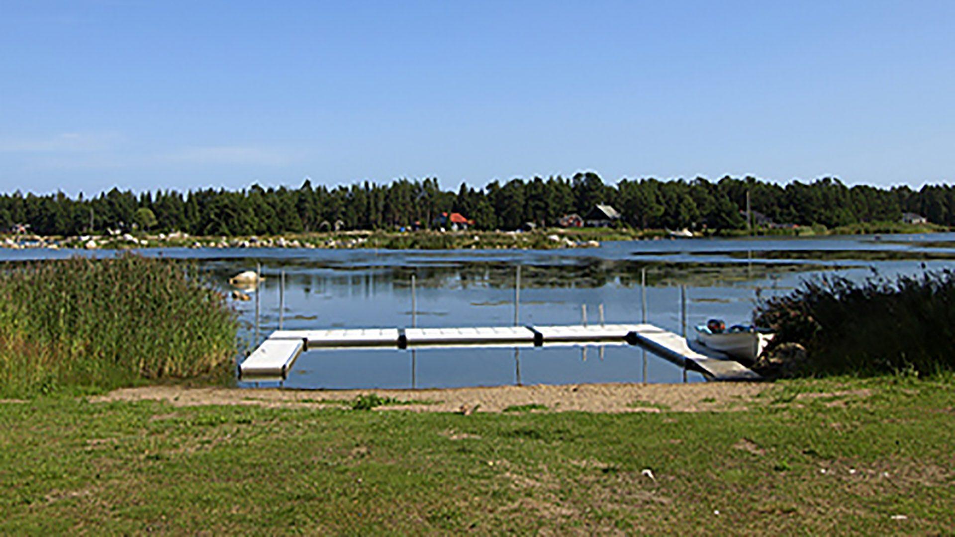 Vatten, brygga och gräsmatta vid Gammel Annabadet