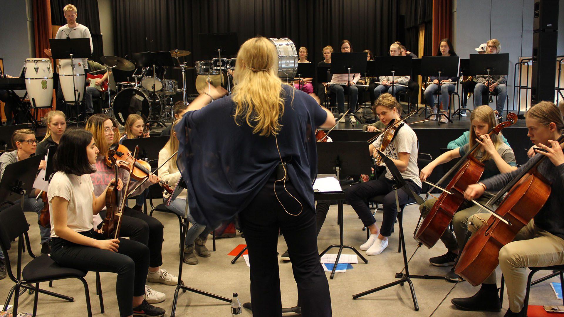 Elever från Kulturskolans orkester repeterar