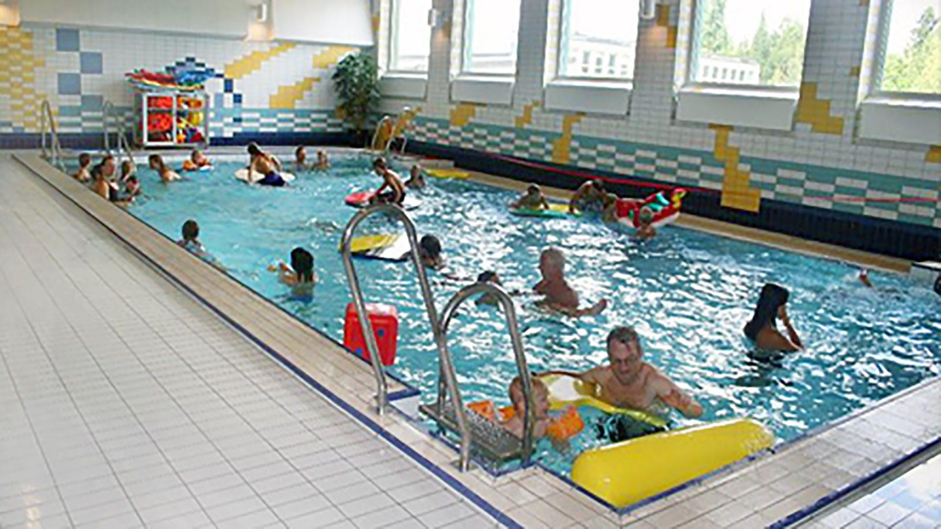 Människor som badar i inomhuspoolen på Lillhagsbadet