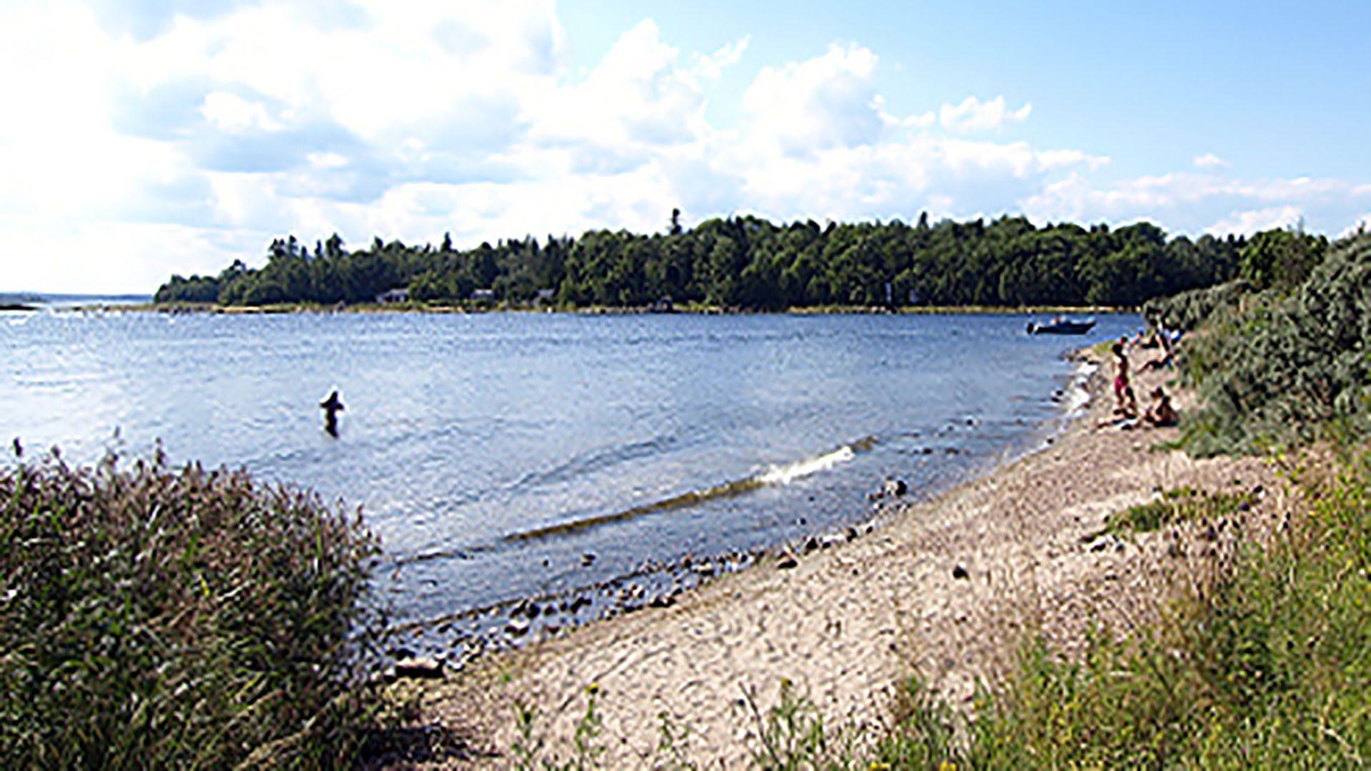 Vatten och sandstrand vid Limöns havsbad