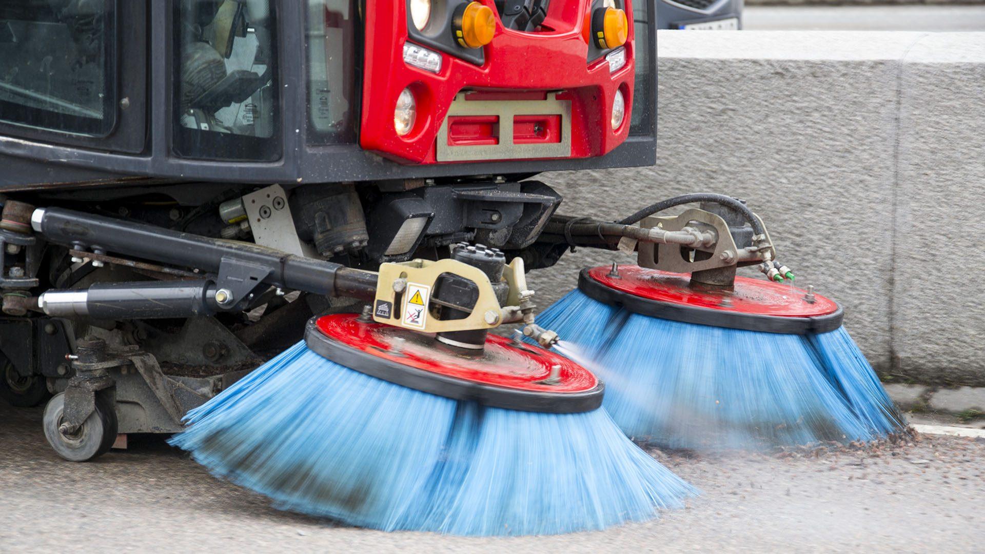 Maskin sopar upp sand från en av Gävles gator.