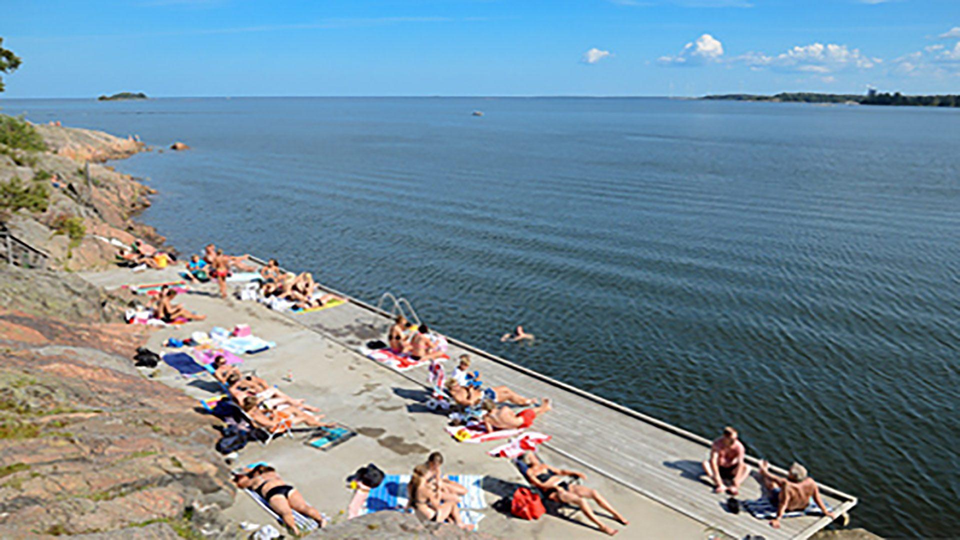 Människor som sitter på bryggan vid Vårvik