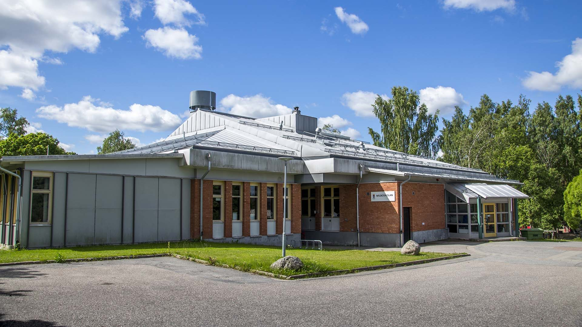 Milboskolan från utsidan