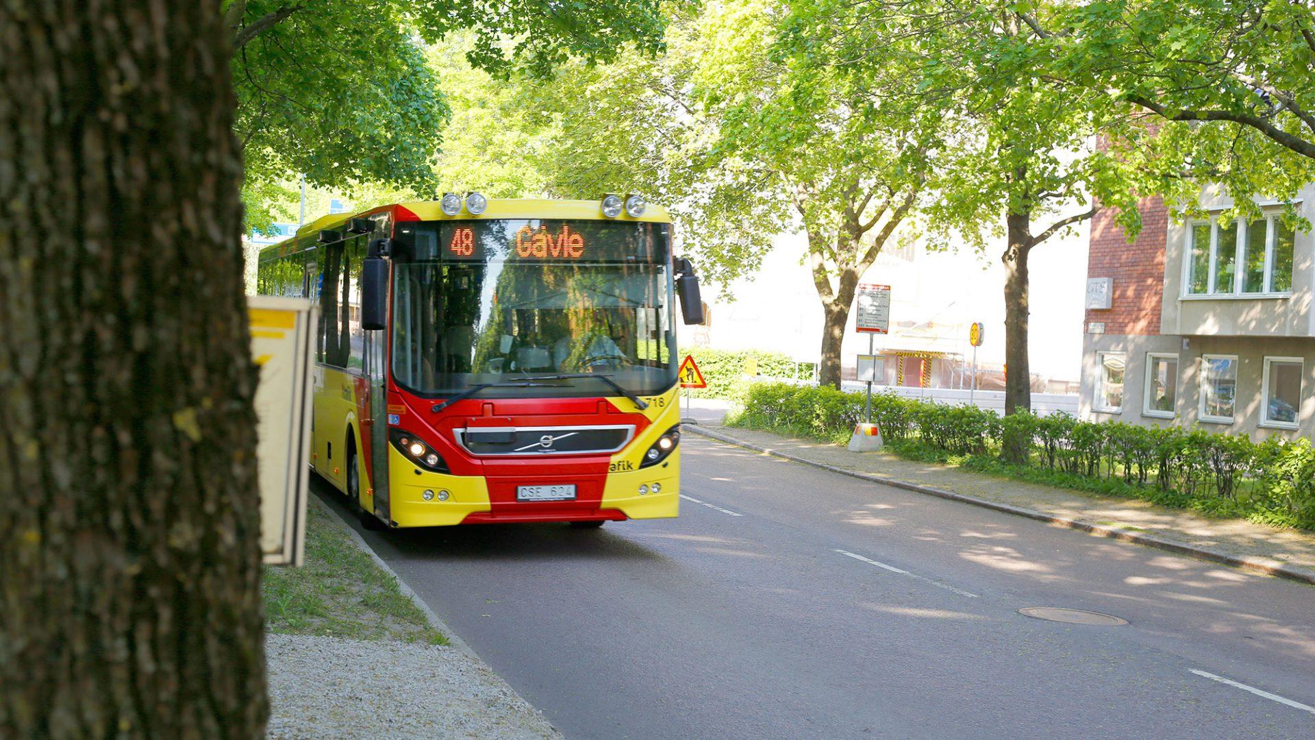 stadsbuss åker på staketgatan