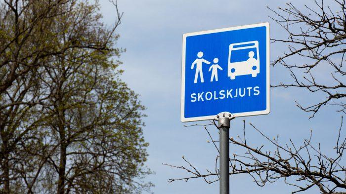 skylt som visar busshållplats för skolskjuts