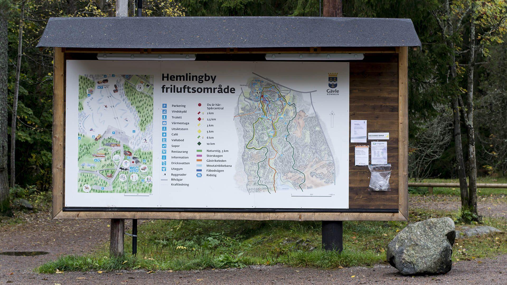 Skylt över spåren i Hemlingby frilufsområde