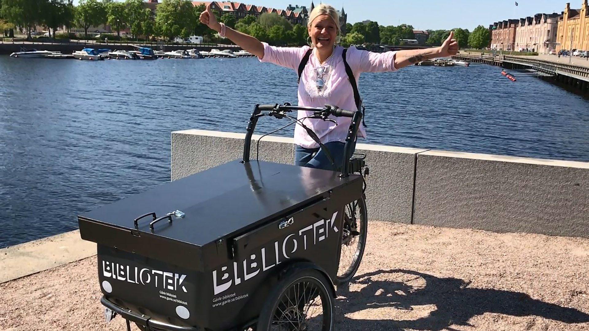 Pamela Berglund på den nya lådcykeln