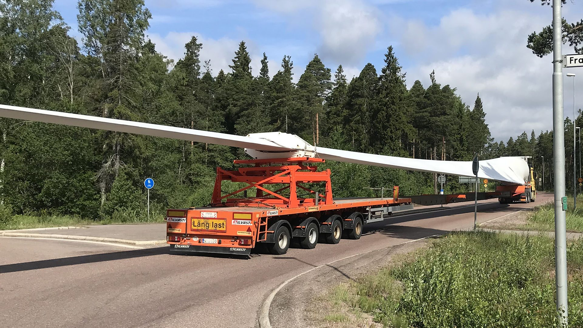 Lastbil med del av vindkraftverk på släpet
