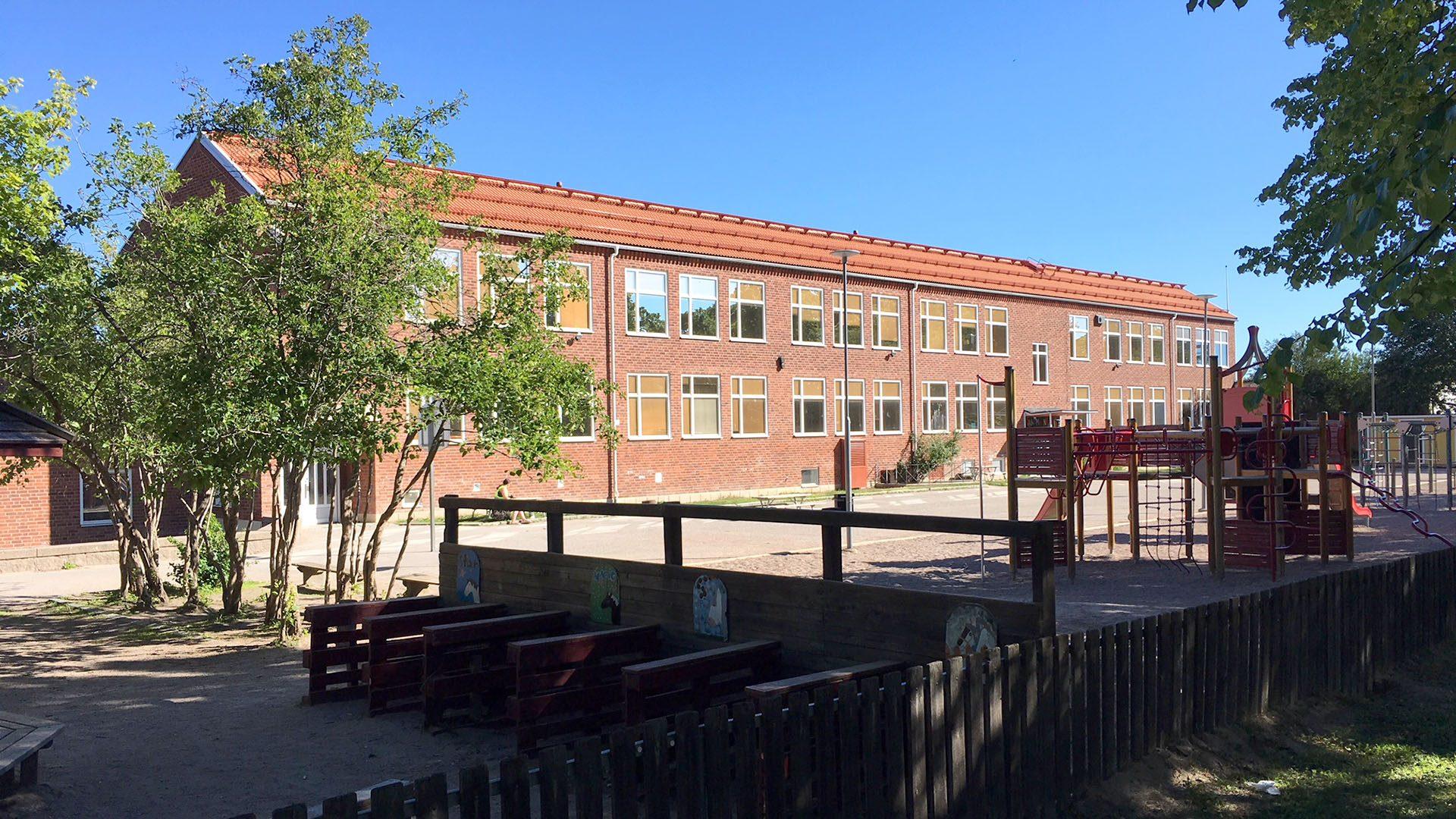Solängsskolan och skolgården med lekplats