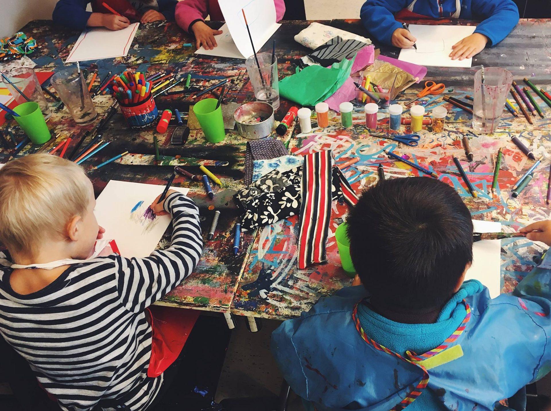 barn som målar på öppna förskolan