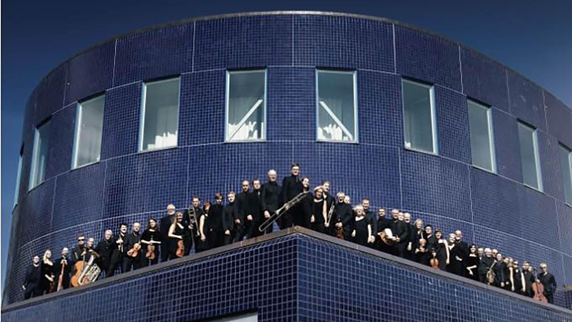 Orkestern står på taket på Konserthuset