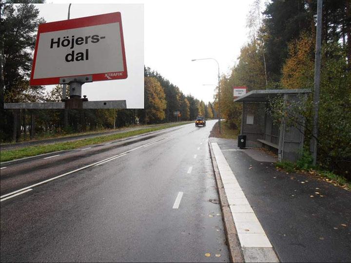 En körbanehållplats i Höjersdal, där bussar kan stanna i körbanan utan att behöva svänga in och ut.