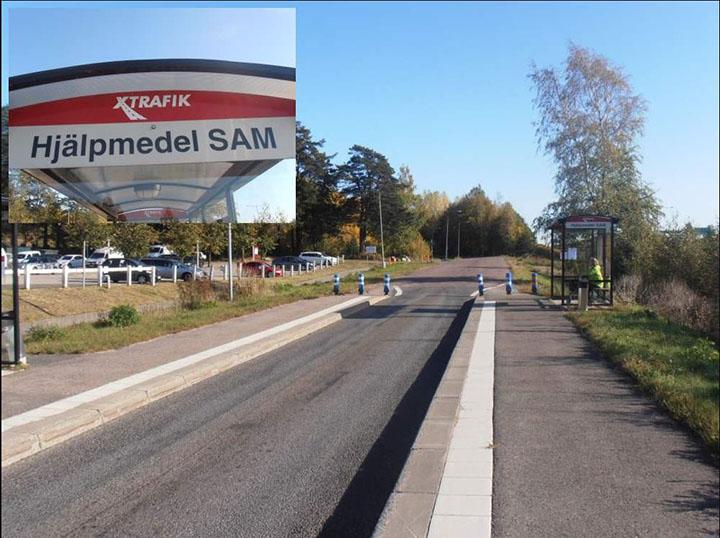 En stopphållplats, där körbanan smalnar av med breda och höga plattformar på båda sidor.