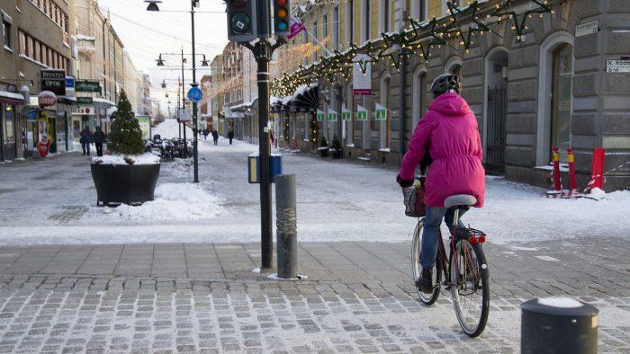 Vintercyklist cyklar på Drottninggatan i Gävle