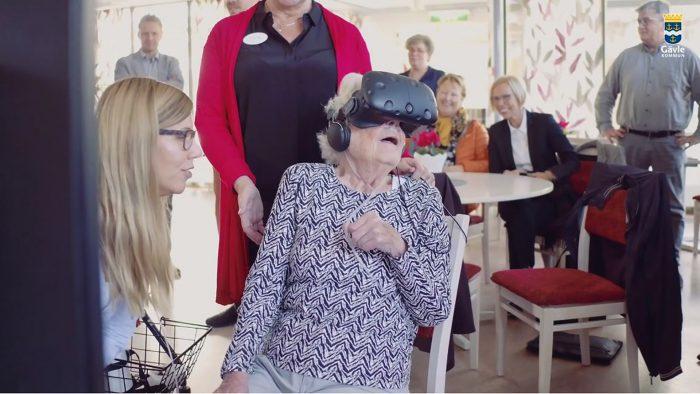 Äldre dam som testar VR