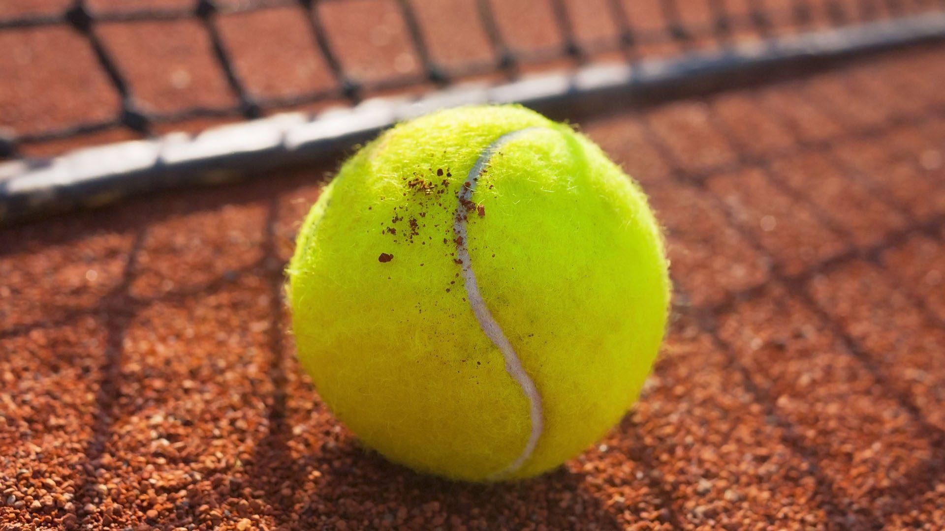En tennisboll på en tennisplan