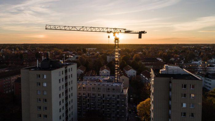 Byggkran i soluppgång