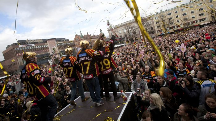 Hockeyspelare från Brynäs firar på stortorget
