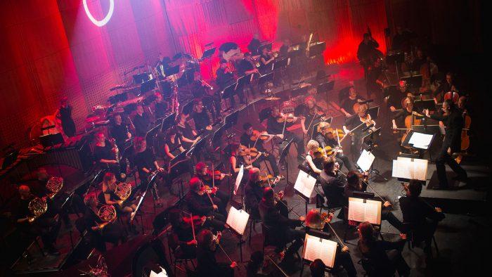 Gävle symfoniorkester som spelar på scenen i konserthuset