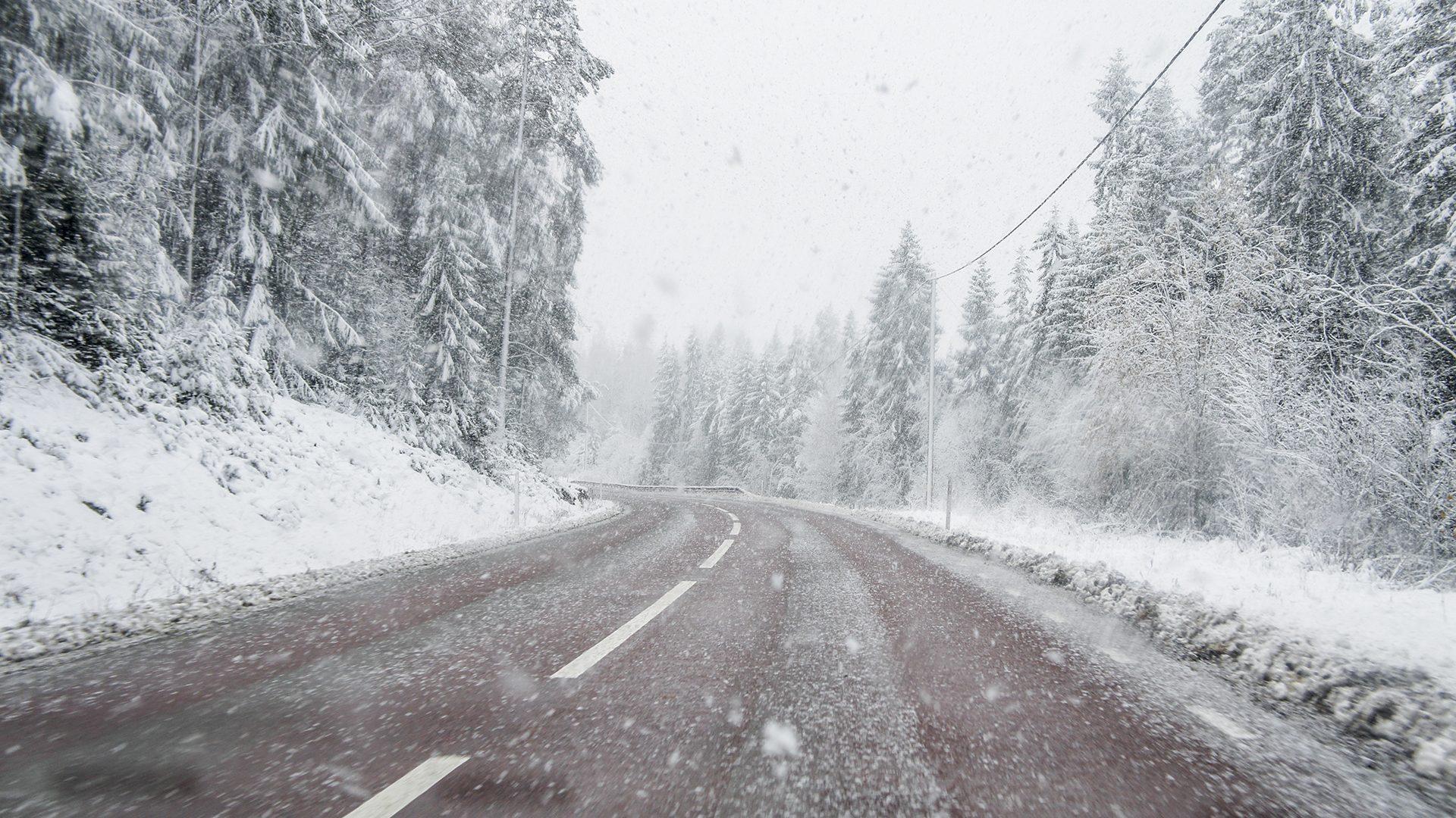 Bilväg i vinterlandskap