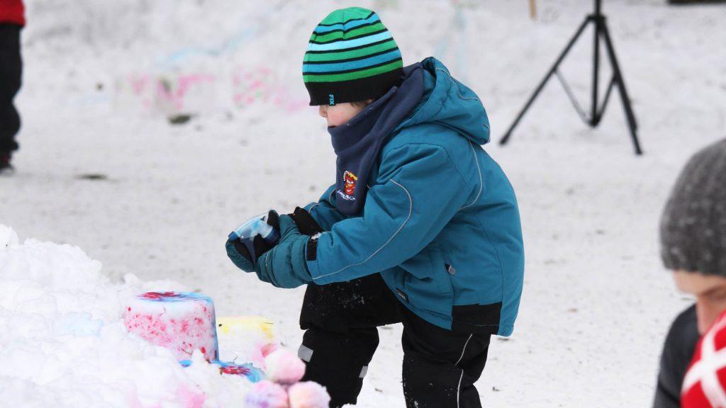 Barn som leker med snö