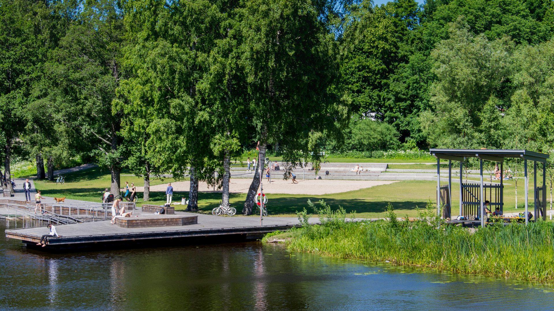 Vatten, brygga och gräsmatta vid Boulognerbadet