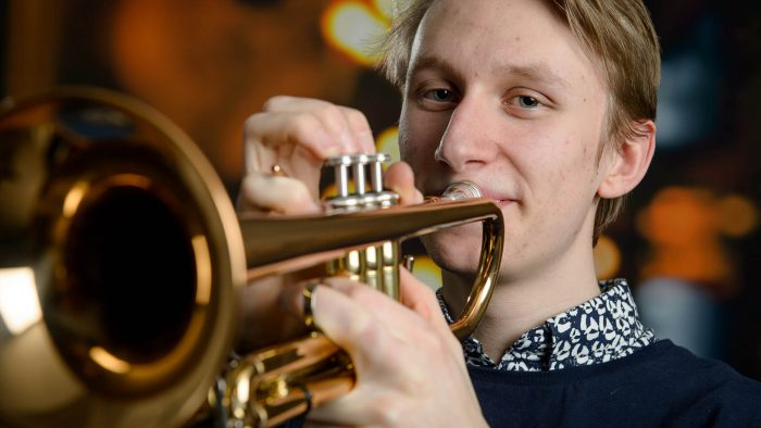 Elev som spelar trumpet