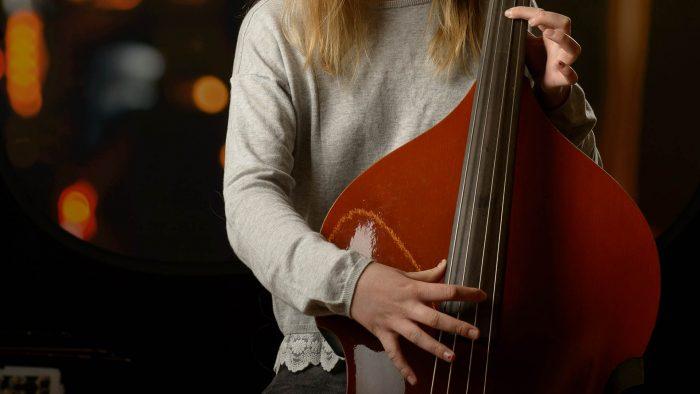 Elev som spelar stråkinstrument