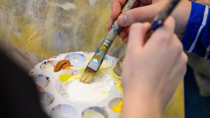 Elever som målar