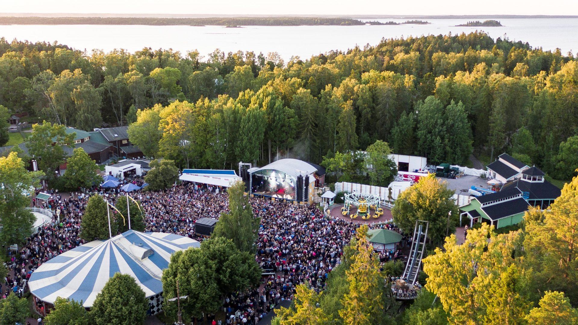 Publikbild från en konsert på Furuviksparken