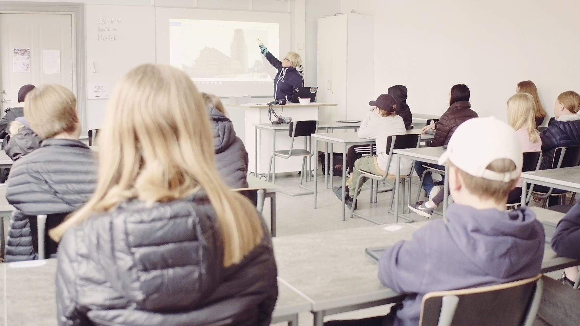 Företagsrepresentant träffar högstadieelever på Vallbacksskolan