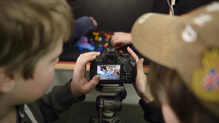 Elever som använder en filmkamera