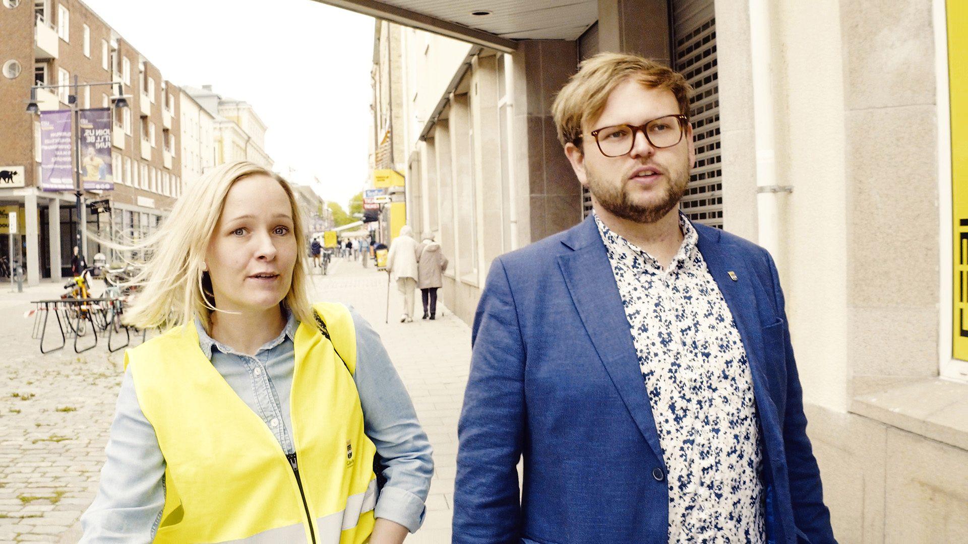 Samhällsbyggnadsnämndens ordförande Daniel Olsson går längs Drottninggatan.