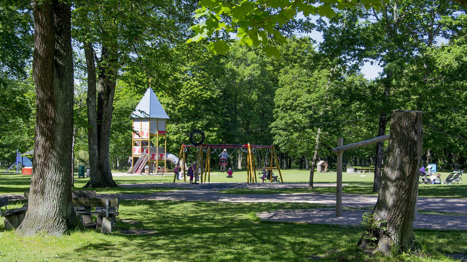 Barn leker på lekplats