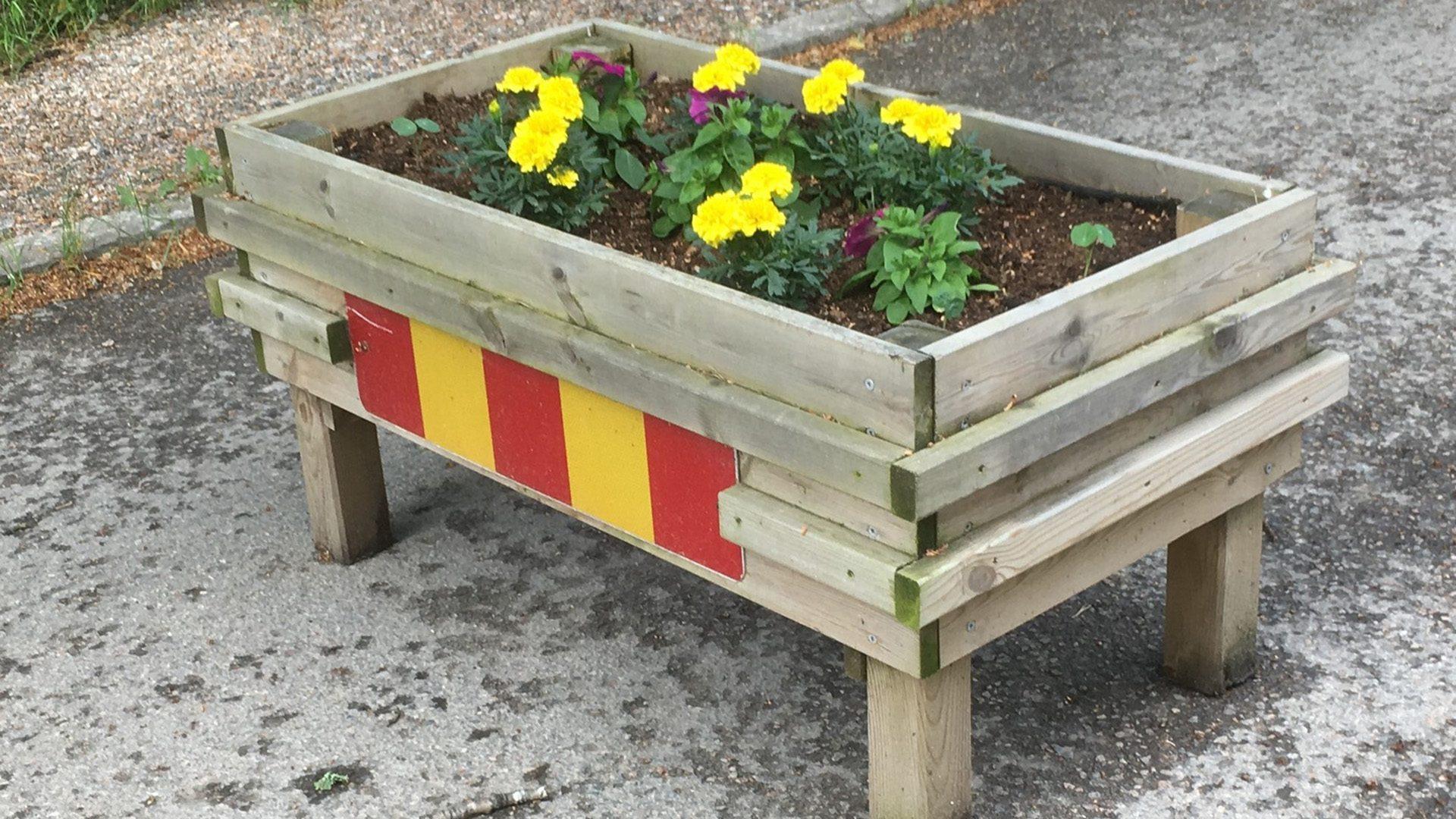 Blomlåda som flyttbart farthinder