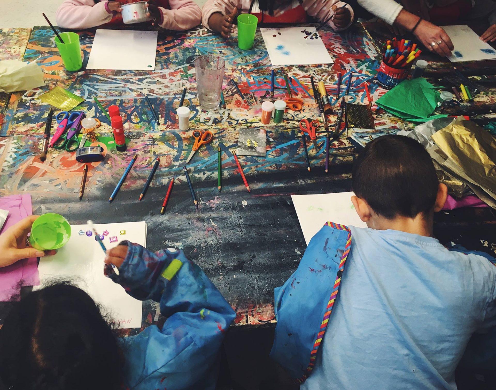 Barn på öppna förskolan ritar och målar