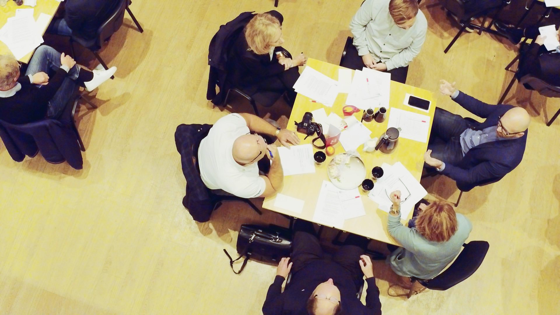Kommunrepresentanter och företagare diskuterar runt ett bord.