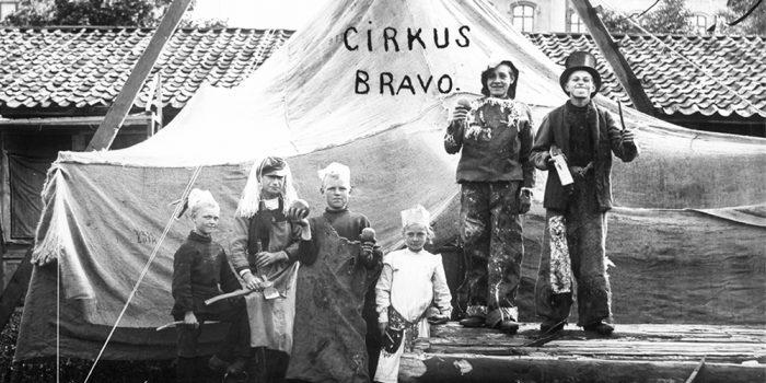 Cirkusbarn står på rad