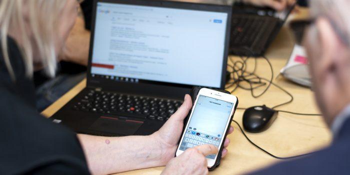 En kvinna skriver på sin smartphone.