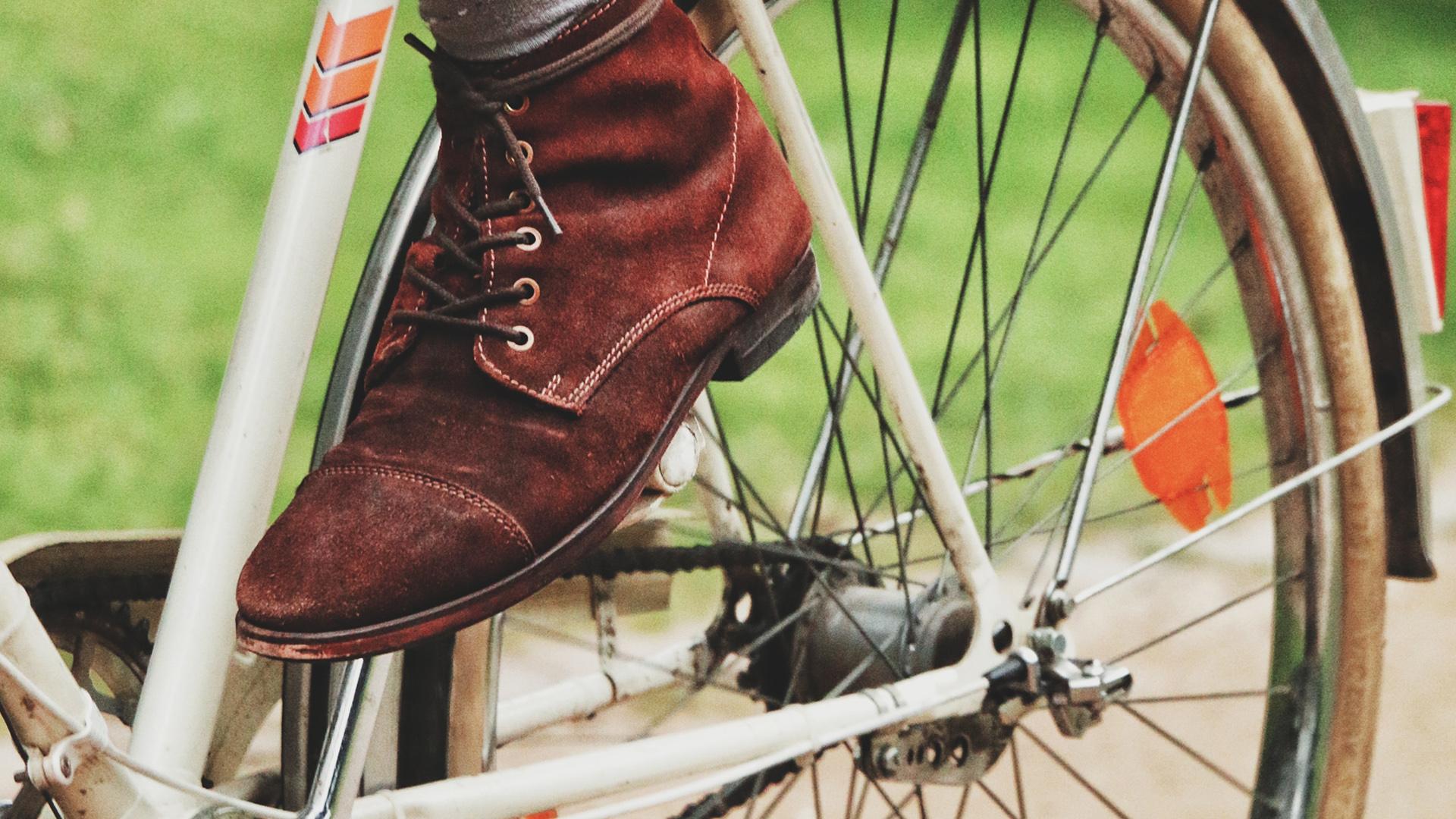 En fot på en cykelpedal.